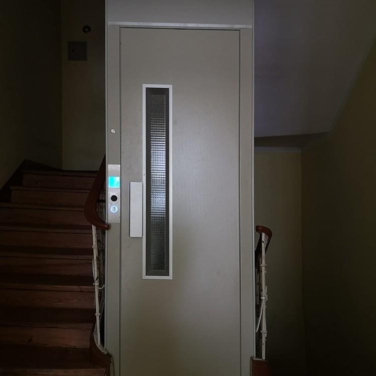 Homelift instalado no vão de escadas de um prédio histórico